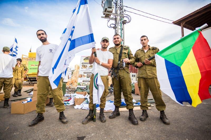 Soldat israélien avec le ressortissant et les drapeaux de Druze photos stock