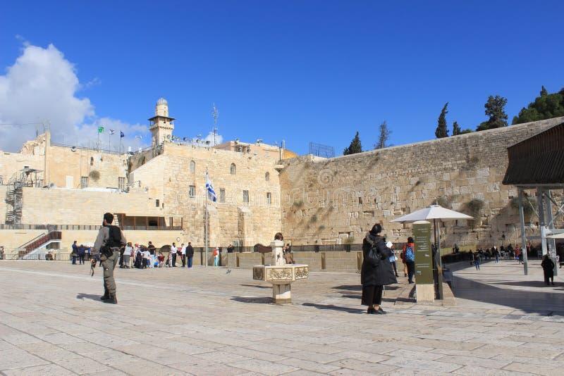 Soldat israélien visitant le mur occidental images libres de droits