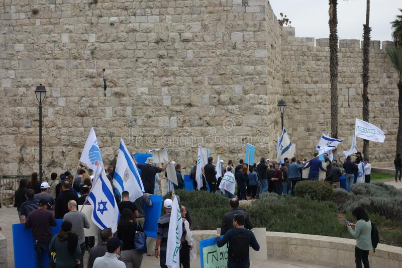 Soldat juif au mur pleurant à Jérusalem photo libre de droits