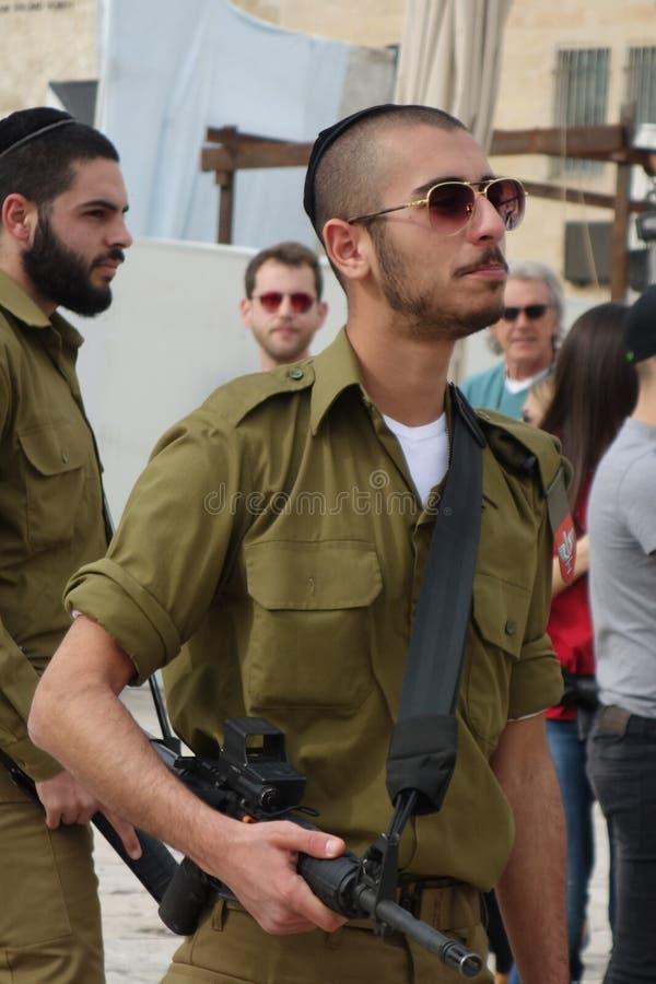 Soldat juif au mur pleurant à Jérusalem photographie stock libre de droits