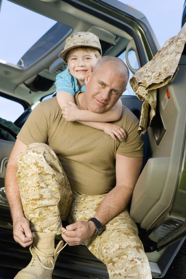 Soldat mûr de embrassement de fils images stock