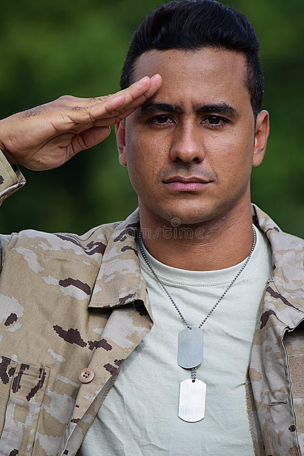 Soldat masculin beau de salutation image stock