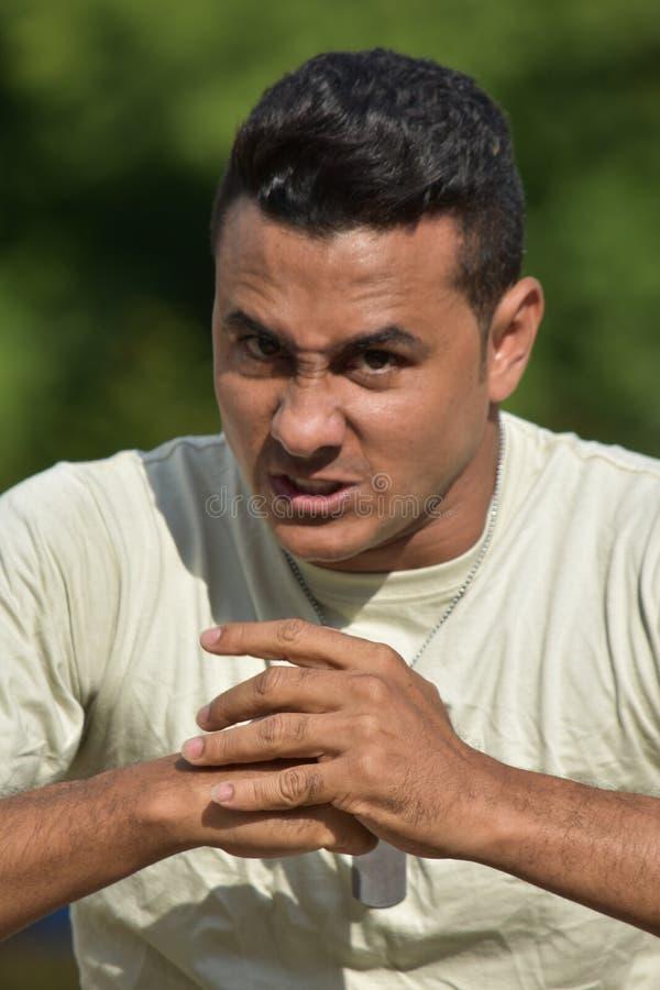 Soldat masculin hispanique bouleversé photo stock