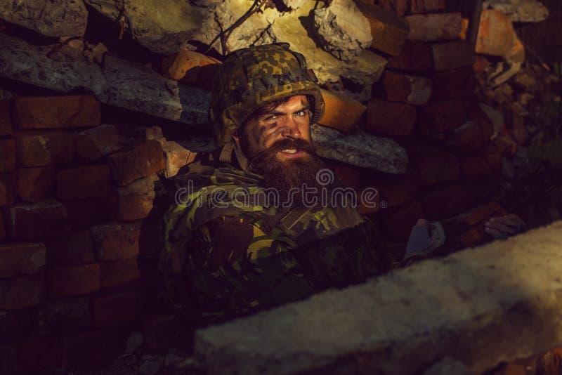 Soldat med den ilskna framsidan arkivfoton