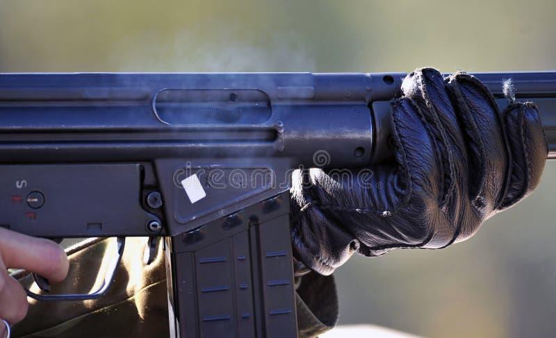 Soldat med det automatiska geväret arkivfoton