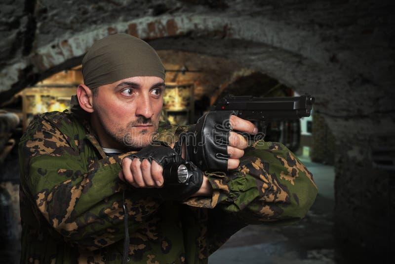 soldat med vapnet i händer royaltyfri bild