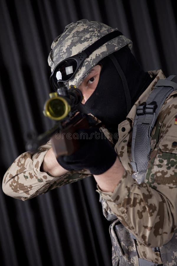 Soldat mit dem Gewehrzielen lizenzfreie stockfotos