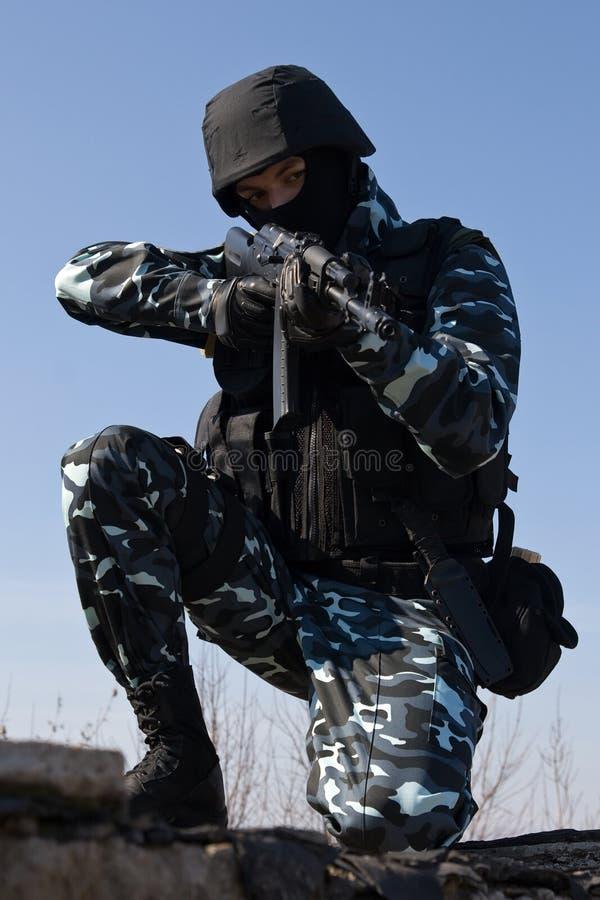 Soldat mit einem Gewehr, welches das Ziel zielt lizenzfreie stockfotografie