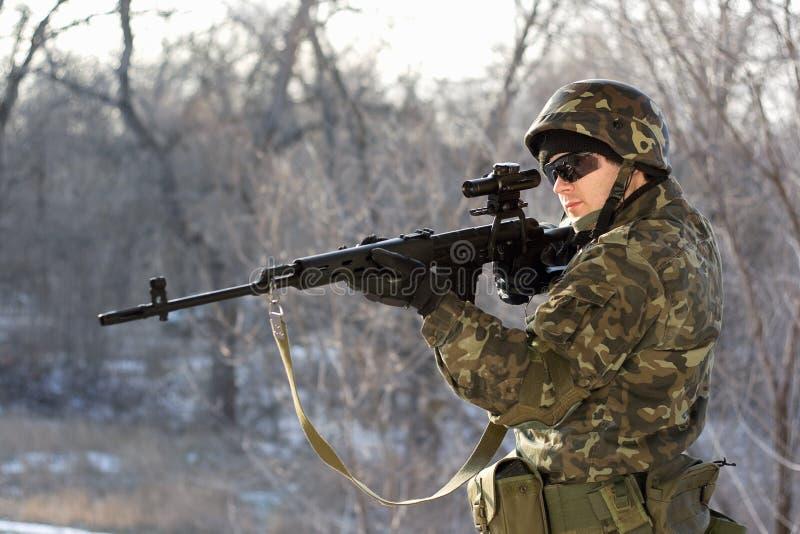 Soldat mit einem Scharfschützegewehr stockbilder