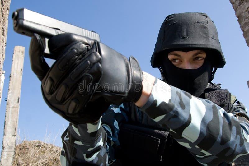Soldat mit einer Pistole lizenzfreies stockbild