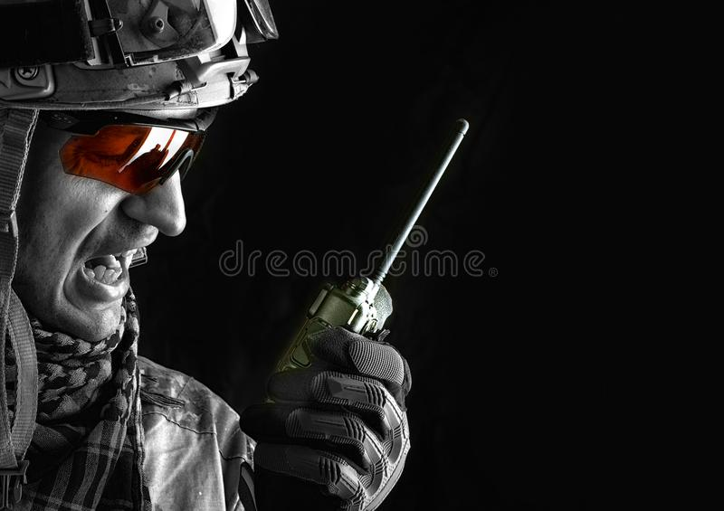 Soldat mit Transceiver des portablen Radios lizenzfreies stockbild