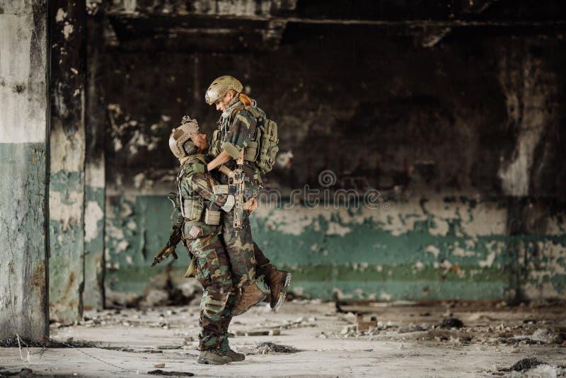 Soldat och hans fru på slagfältet arkivfoton