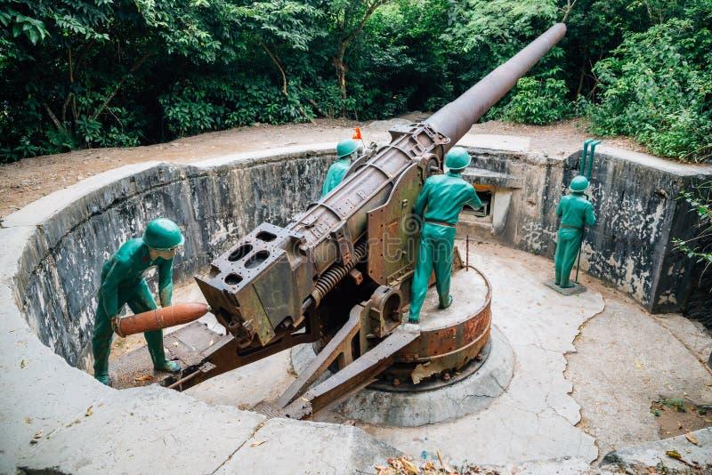 Soldat och kanon på kanonfortet i Cat Ba, Vietnam arkivbilder