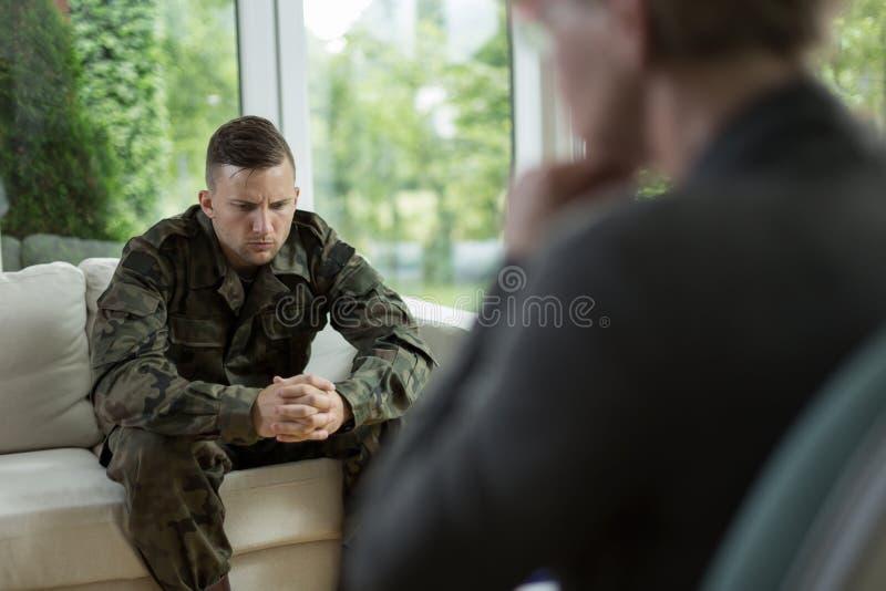 Soldat pendant la consultation de la session photo libre de droits