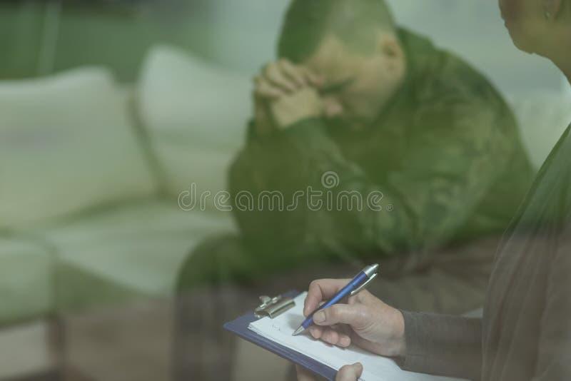 Soldat pendant la thérapie de la dépression photographie stock libre de droits