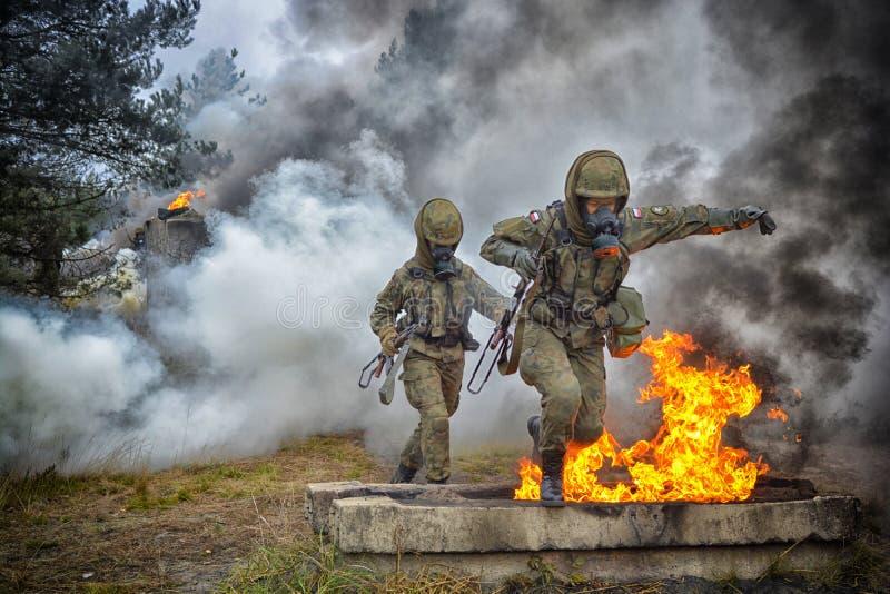 Soldat polonais pendant la formation sur la base de formation image libre de droits
