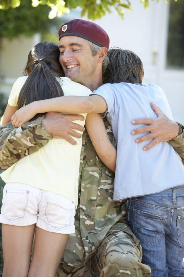 Soldat Returning Home And gegrüßt von den Kindern lizenzfreies stockfoto