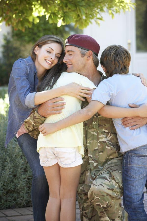 Soldat Returning Home And som hälsas av familjen fotografering för bildbyråer