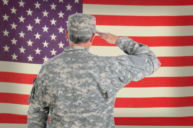 Soldat-Saluting Old American-Flagge stockfotografie