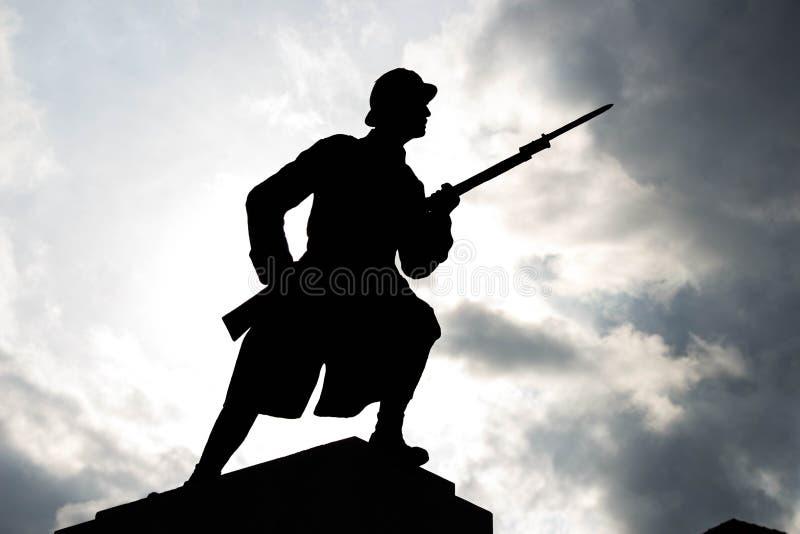 Soldat Silhouette under molnig himmel arkivbild