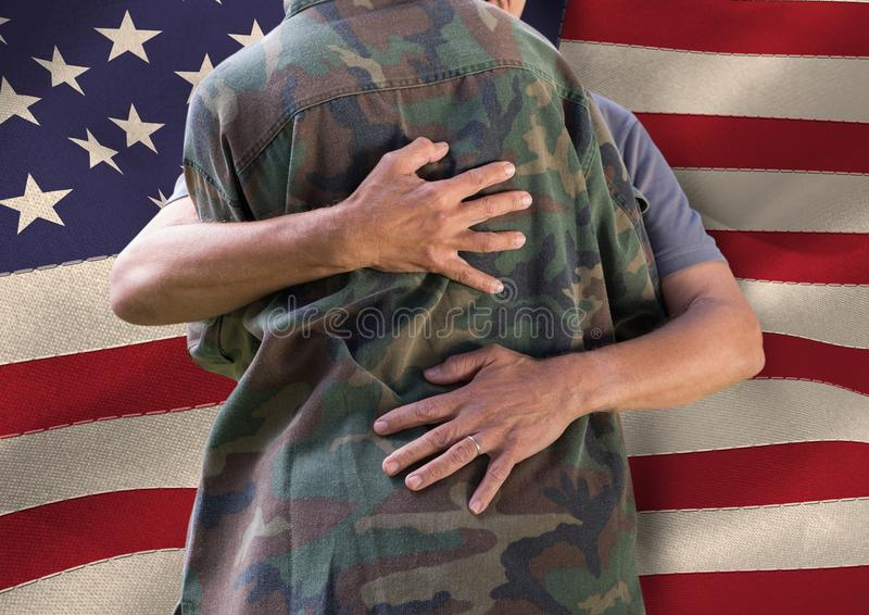 soldat som framme kramar familjen av USA-flaggan arkivfoton