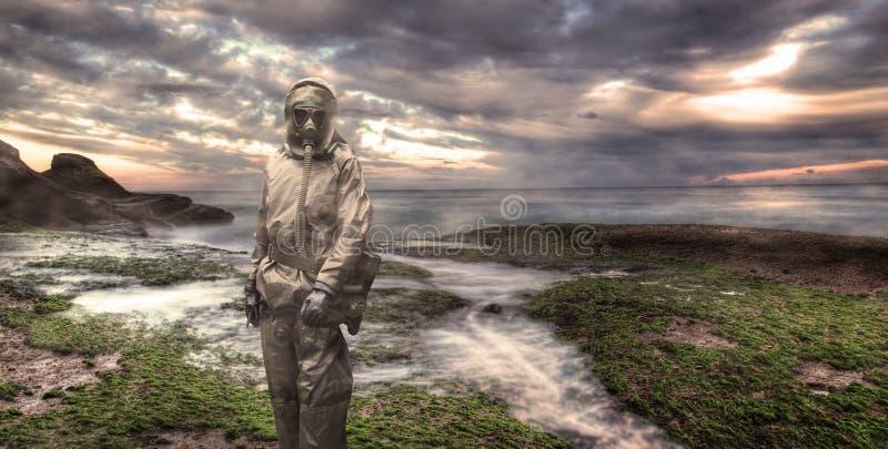 Soldat som ha på sig en gasmask arkivfoton