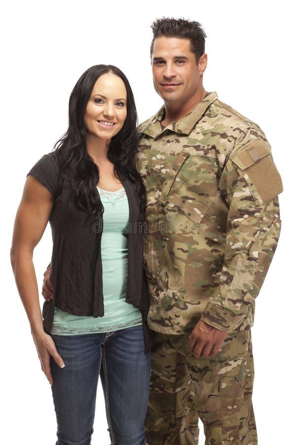 Soldat som omfamnar hans fru arkivbilder