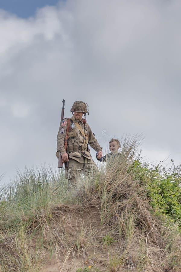 Soldat som rymmer händer med hans barn royaltyfri foto
