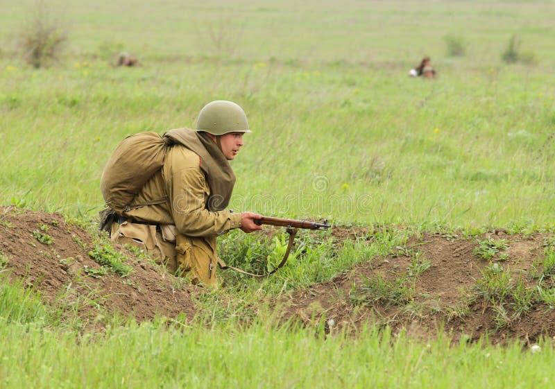 Soldat soviétique de WW2 au combat photos libres de droits