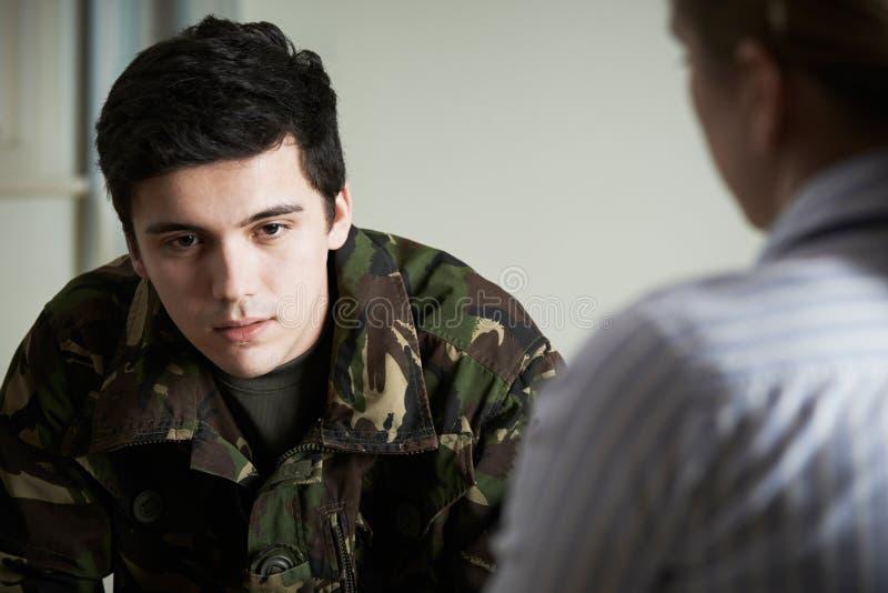 Soldat Suffering With Stress, das mit Ratgeber spricht lizenzfreies stockbild