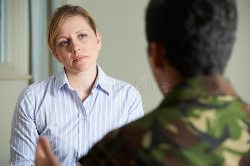 Soldat Suffering With Stress parlant au conseiller photo stock