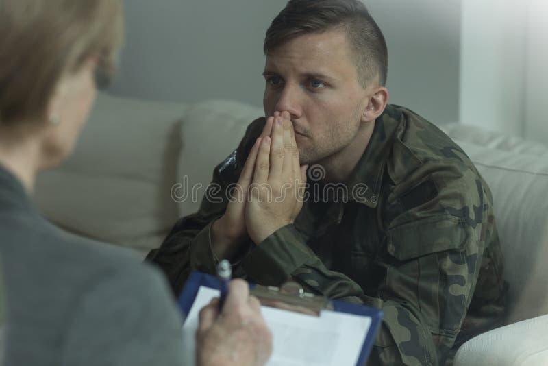Soldat sur la consultation avec le psycho-analyste photo stock