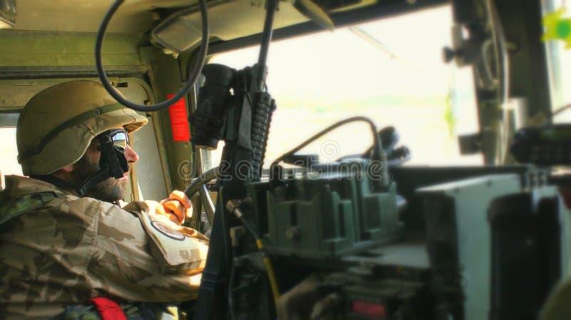 Soldat tchèque à l'intérieur de humvee photo stock