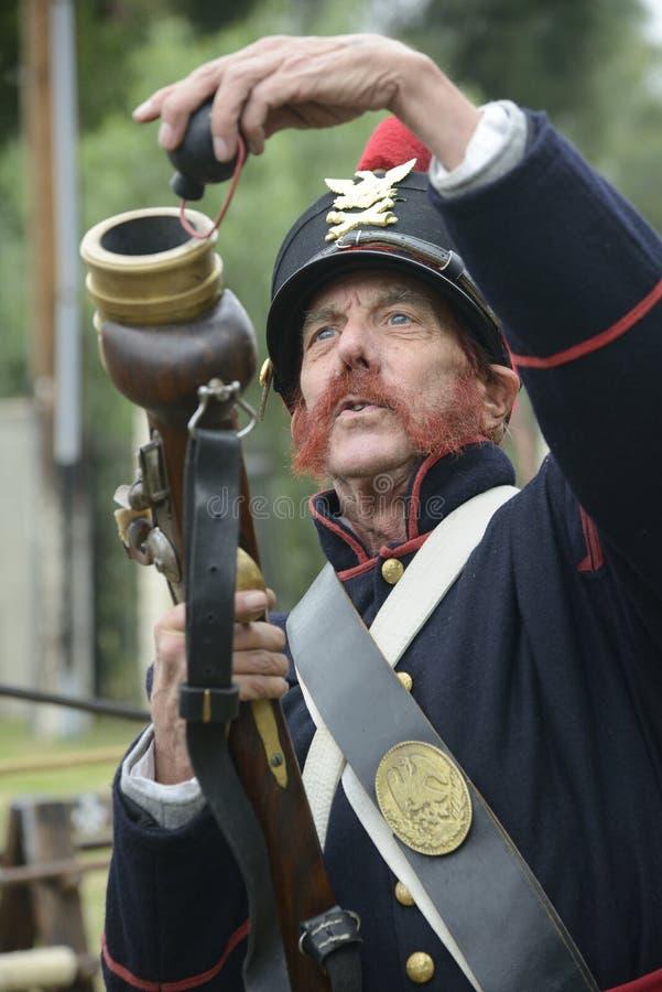 Soldat tenant un mortier de main photo libre de droits