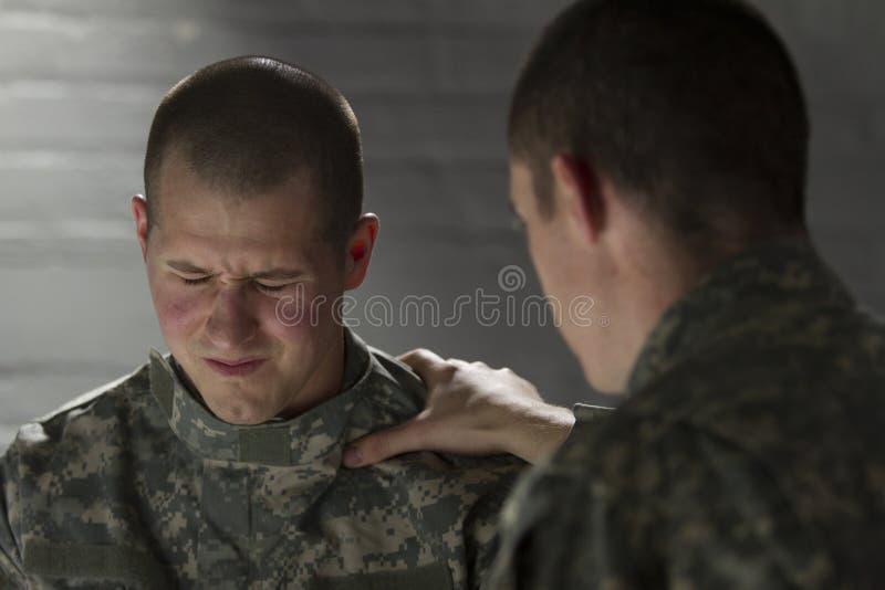 Soldat tröstet Gleichen mit PTSD, horizontal lizenzfreies stockbild