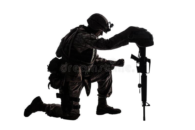 Soldat triste se mettant à genoux en raison de la mort d'ami images libres de droits