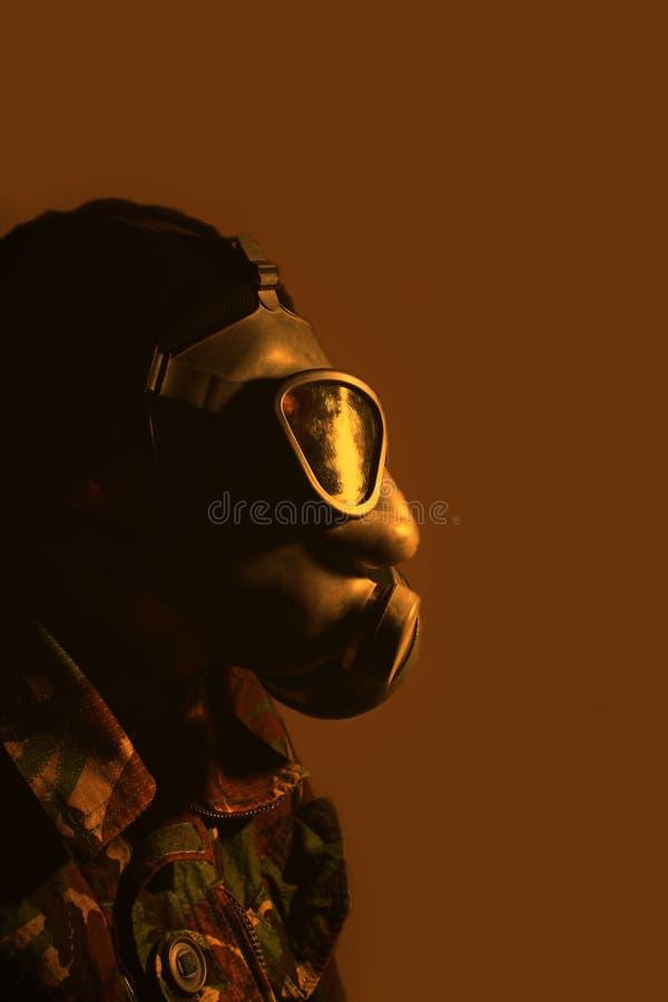 Soldat utilisant un masque de gaz images stock