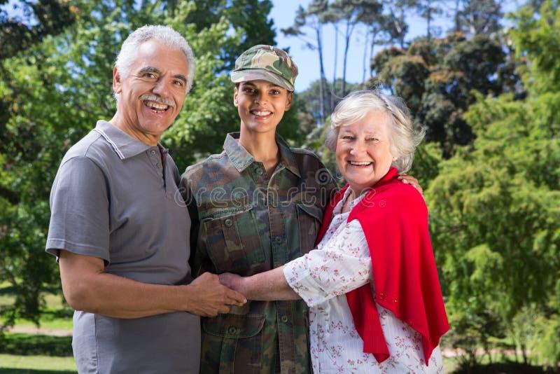 Soldat wiedervereinigt mit ihren Eltern stockfoto