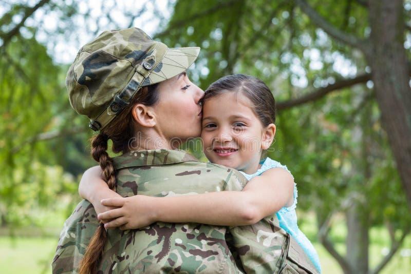 Soldat wiedervereinigt mit ihrer Tochter lizenzfreies stockfoto