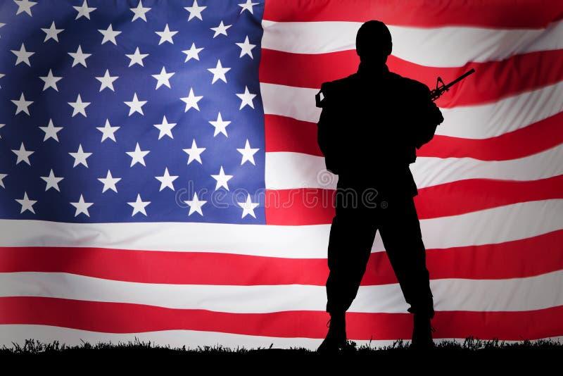 SoldatAgainst Us Flag bakgrund royaltyfria bilder
