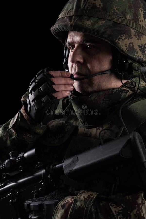 Soldatbesondere kr?fte mit Gewehr auf dunklem Hintergrund lizenzfreies stockbild