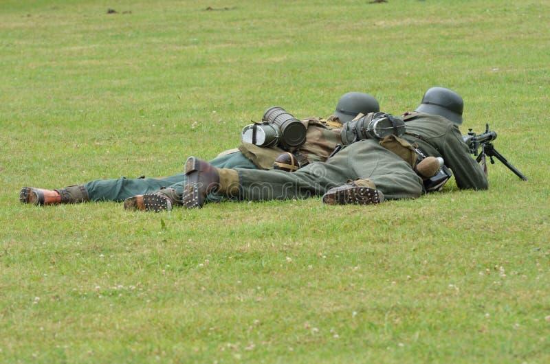 Soldaten auf dem Boden mit Maschinengewehr stockbild