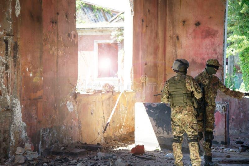 Soldaten auf städtischer Patrouille lizenzfreie stockfotos
