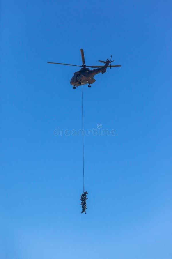 Niedlich Hubschrauber Fliegen Mit Dem Drahtseil Fotos - Elektrische ...