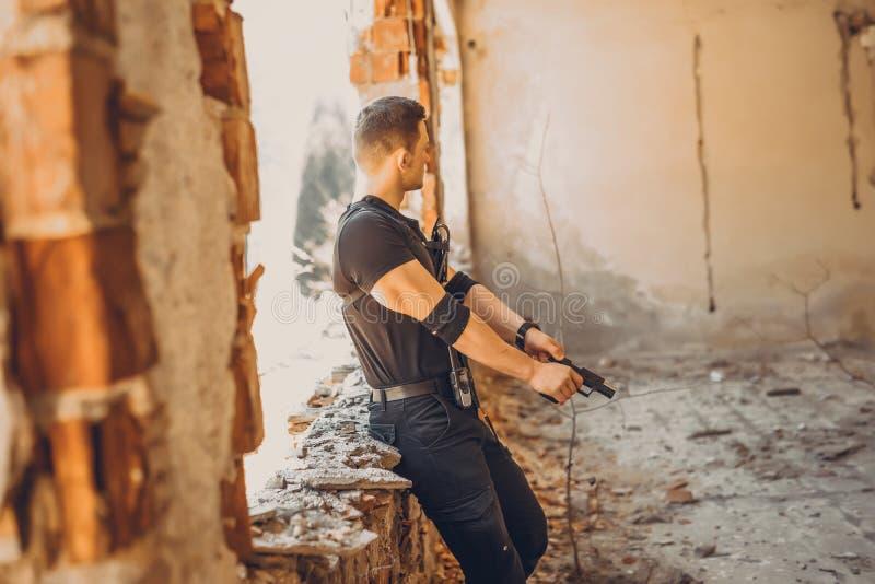 Soldaten der besonderen Kräfte mit Waffe nehmen am Militärmanöver teil Krieg, Armee, Technologie und Leutekonzept stockbilder