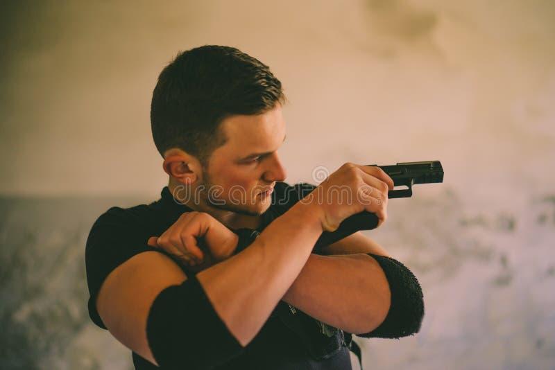 Soldaten der besonderen Kräfte mit Waffe nehmen am Militärmanöver teil Krieg, Armee, Technologie und Leutekonzept stockbild