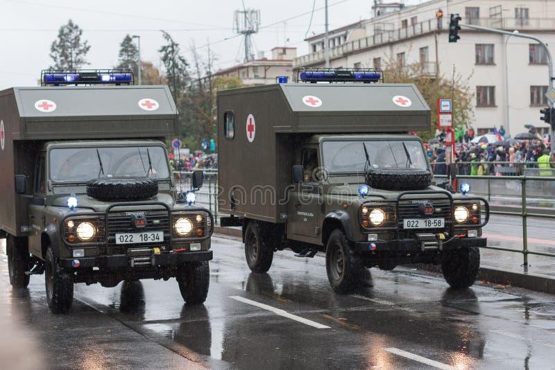 Soldaten der tschechischen Armee reiten Krankenwagen Land Rover Defender 130 auf Militärparade stockfotos