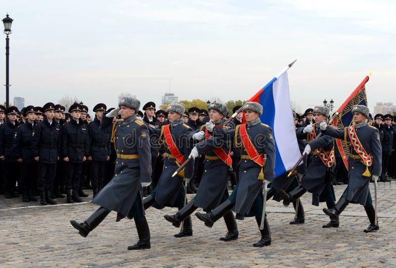Soldaten des Schutzes der Ehre eines unterschiedlichen Kommandant ` s Preobrazhensky Regiments mit der russischen Flagge auf Pokl stockfotografie