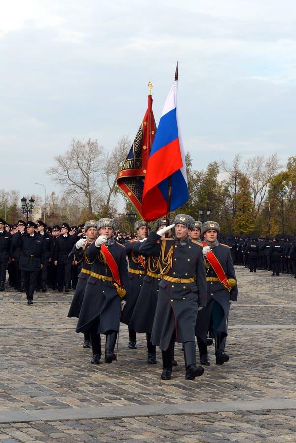 Soldaten des Schutzes der Ehre eines unterschiedlichen Kommandant ` s Preobrazhensky Regiments mit der russischen Flagge auf Pokl stockfotos