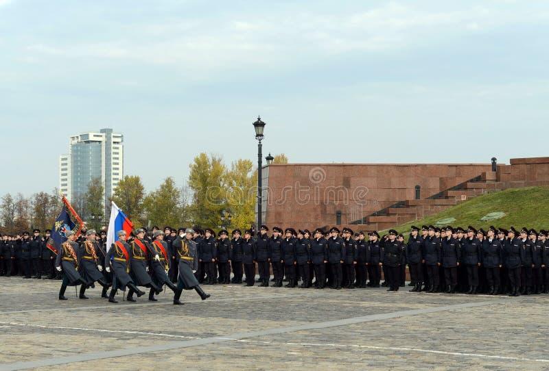 Soldaten des Schutzes der Ehre von Preobrazhensky eines unterschiedlichen Kommandanten Regiment mit der russischen Flagge auf Pok lizenzfreie stockbilder